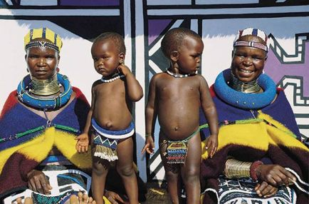 ndebele-women-with-children-590