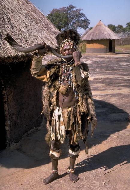 Shona_witch_doctor_(Zimbabwe)
