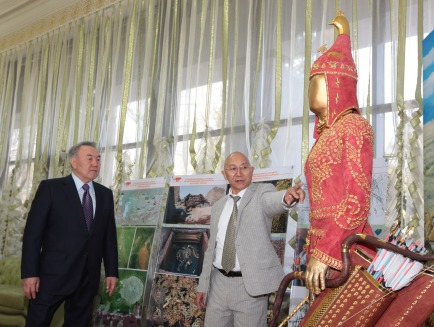 Kyrm Altynbekov shows President Nursultan Nazarbayev his family's reconstruction of the garb of a Saka warrior