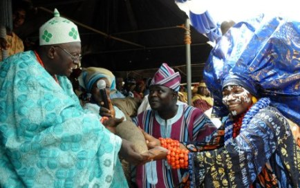 THE YEYE OBA OF OGIDI, CHIEF NIKE OKUNDAYE (R), PRESENTING THE NEW YAM TO THE OLOGIDI OF OGIDI, OBA RABIU SULE, DURING THE NEW YAM FESTIVAL AT THE 2015 OGIDI-ELA DAY CELEBRATION AT OGIDI, IJUMU LOCAL GOVERNMENT AREA OF KOGI.