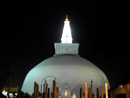 Ruwanwelisaya_Stupa_at_night