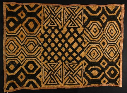 Tessuto Kuba Shoowa people, D.R. Congo, Early 20th Century, Raffia palm fiber, stem stitch and cut-pile embroidery, FAR, Museo Studio del Tessuto, Como